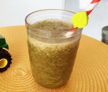 Suco de abacaxi, morango, couve e hortelã