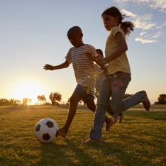Os benefícios do futebol para as crianças: da cooperação ao pratinho