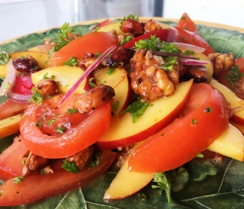 Salada de nectarina, tomate e castanhas