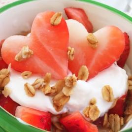 Iogurte natural com frutas e granola