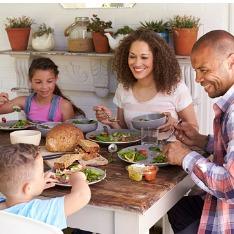 Entenda como você influencia a alimentação dos seus filhos