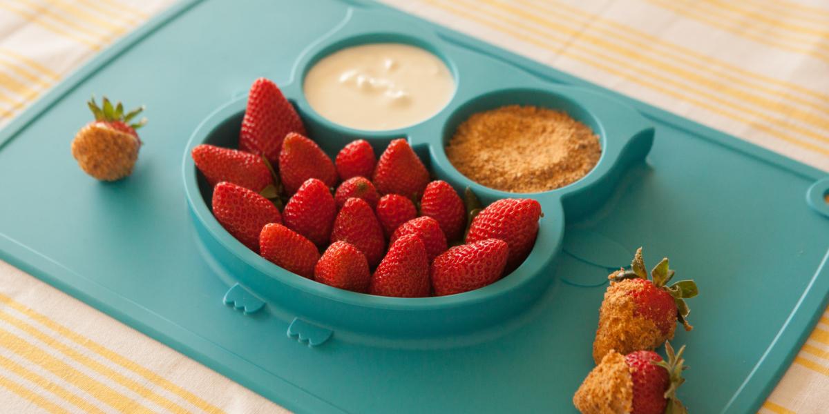 Morangos com iogurte e farofa de castanha