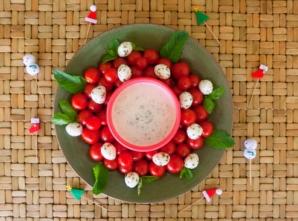 Salada de tomate com molho de iogurte, hortelã e pepino