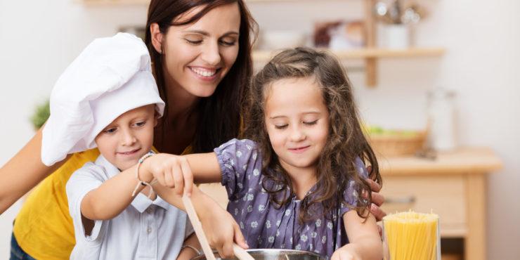 Família cozinhando junta