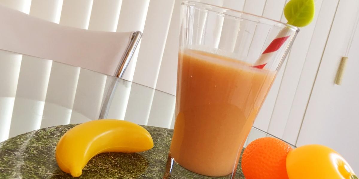 Smoothie de laranja, banana e mamão