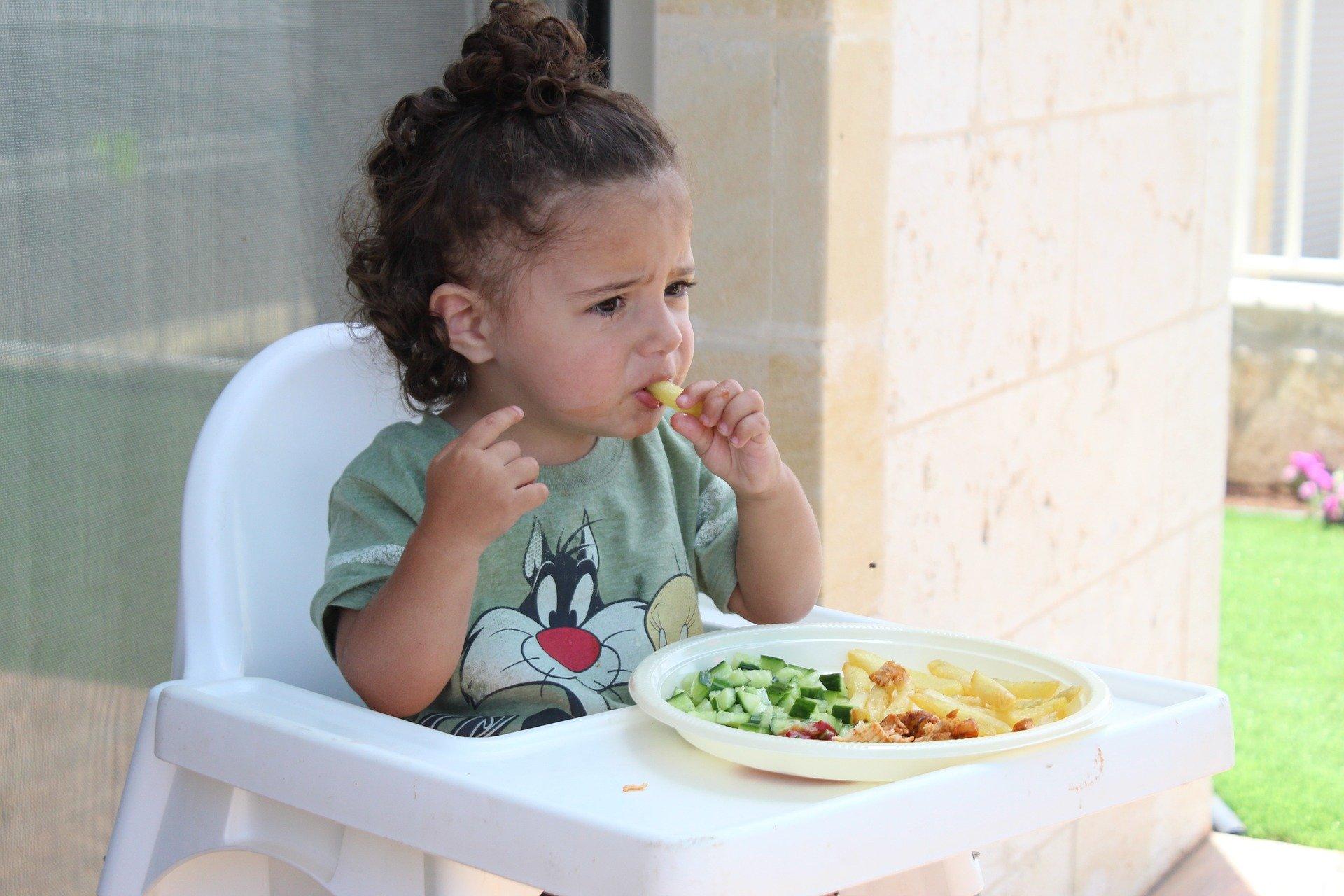 Criança com comida saudável