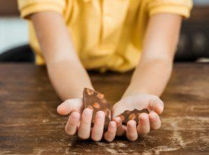 criança segurando chocolate