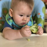bebê comendo alimento saudável